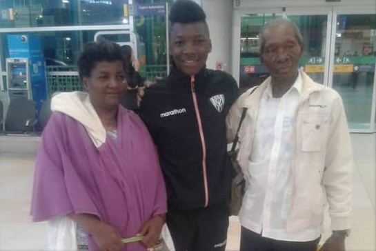photo of the midfielder with his parent.